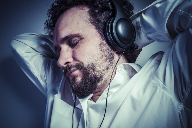 Musica classica, uomo con l'espressione intensa, camicia bianca fotografia stock