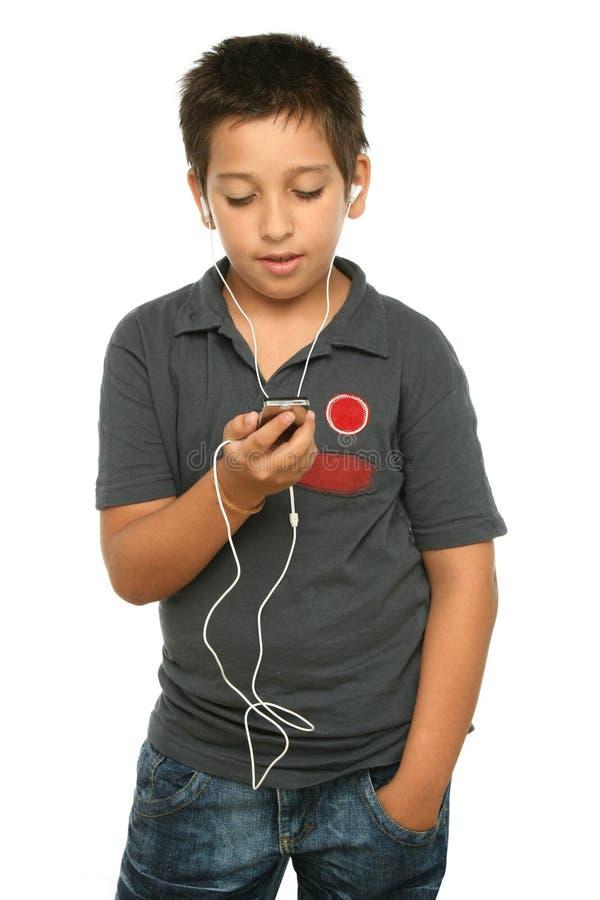 Musica d'ascolto del ragazzo freddo con fotografia stock libera da diritti