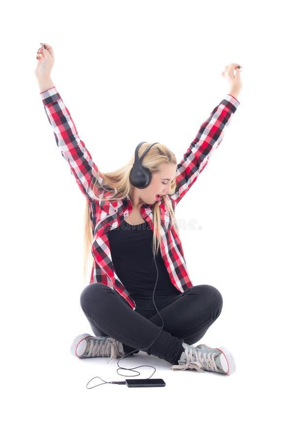 Musica d'ascolto dell'adolescente felice in cuffie isolate su briciolo fotografia stock libera da diritti