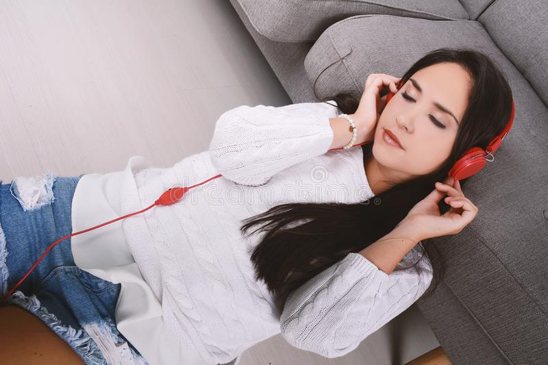 Musica d'ascolto della donna immagini stock