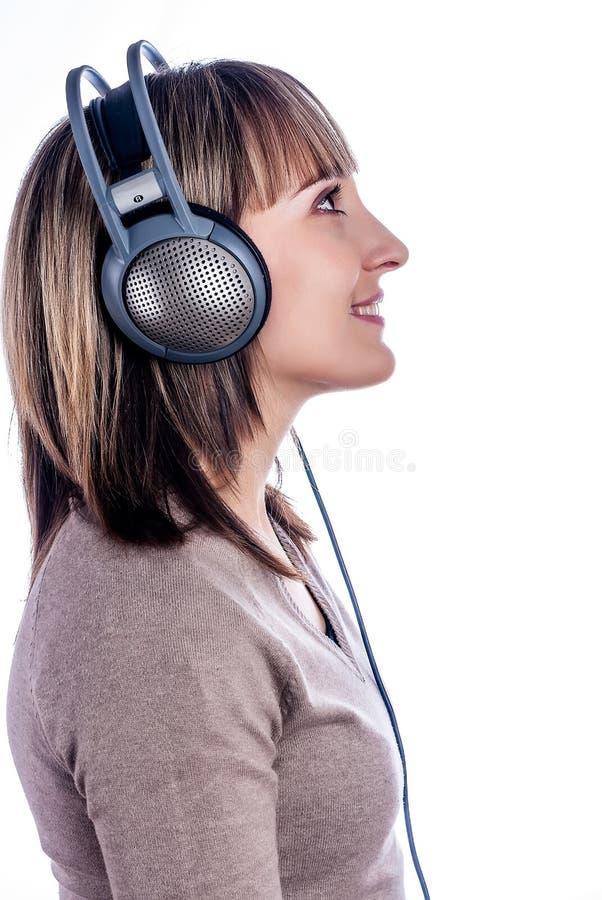 Musica d'ascolto della donna graziosa fotografia stock