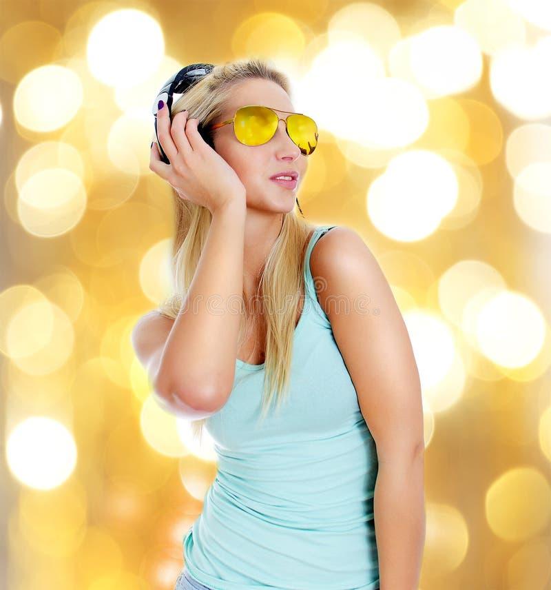 Musica d'ascolto della giovane donna immagini stock