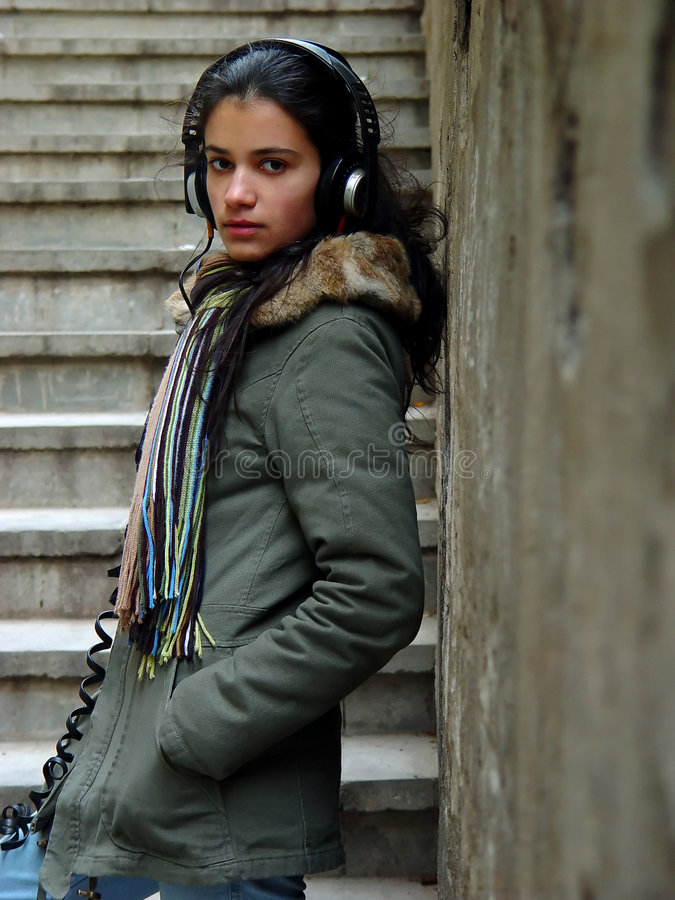 Musica d'ascolto della ragazza fotografie stock