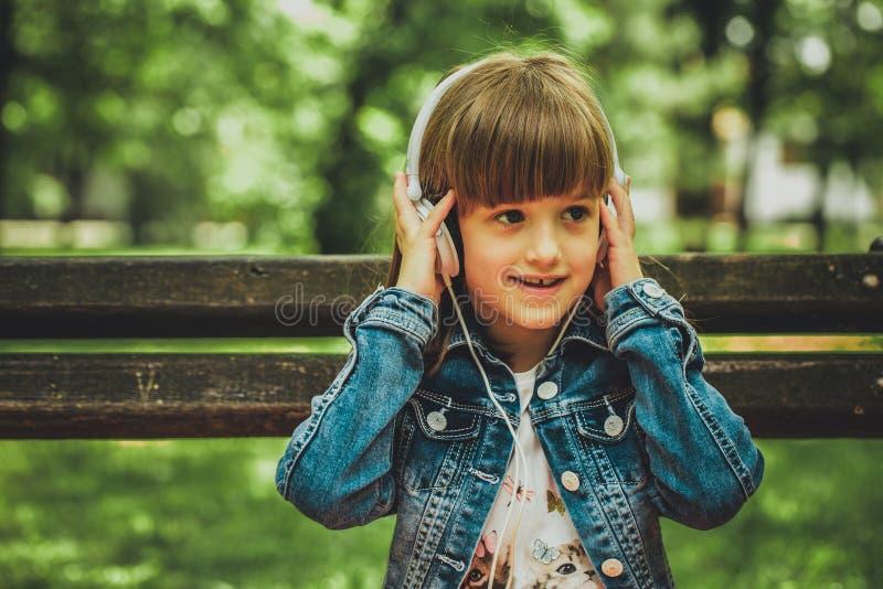 Musica d'ascolto della ragazza felice fotografia stock