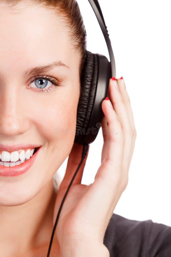 Musica d'ascolto della ragazza graziosa immagine stock