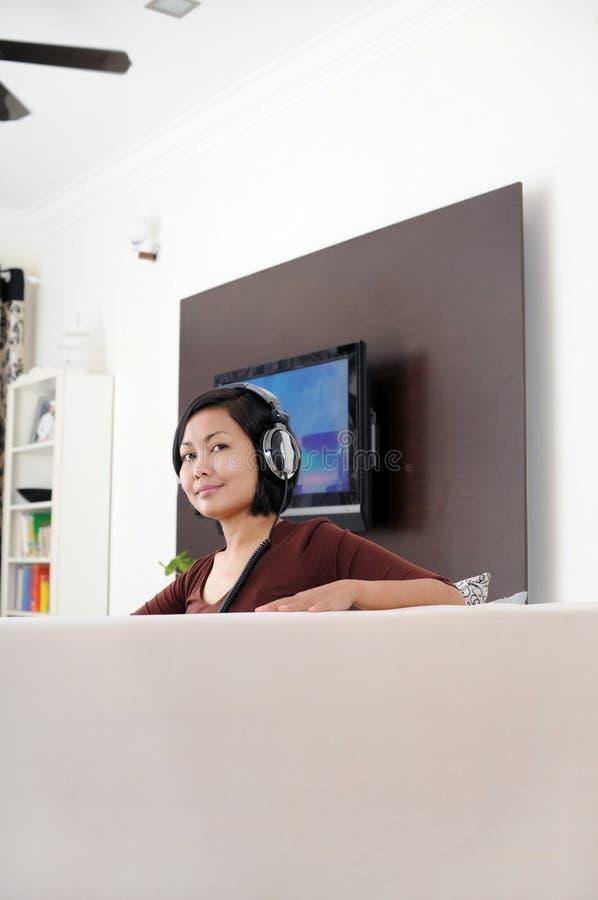 Musica d'ascolto delle donne fotografia stock