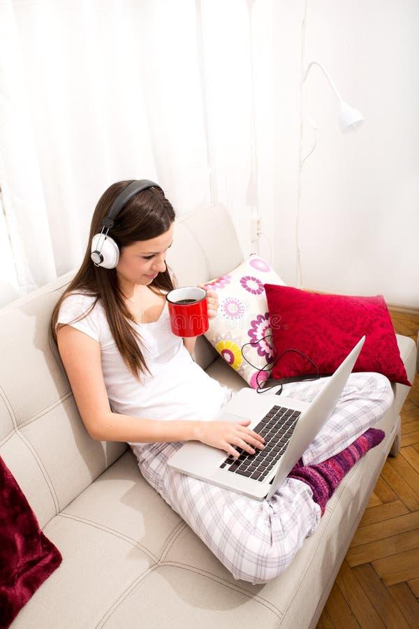 musica d'ascolto domestica fotografie stock libere da diritti