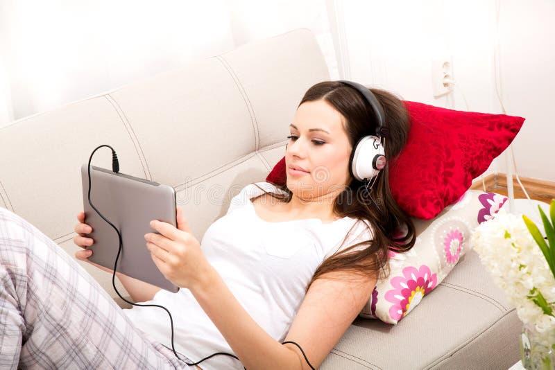 musica d'ascolto domestica fotografia stock libera da diritti