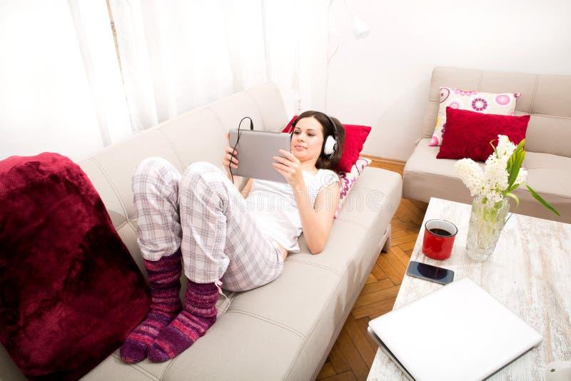 musica d'ascolto domestica immagine stock libera da diritti
