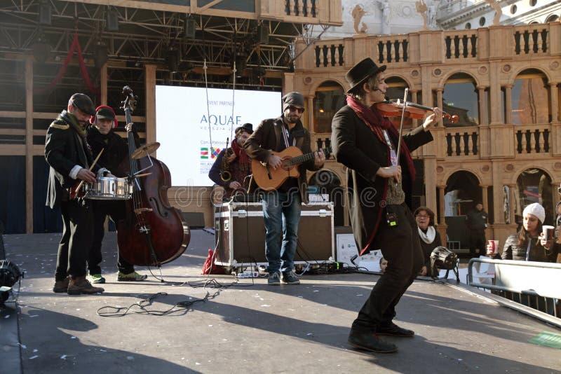 Musica del gioco della banda del musicista nella fase di grande teatro, Venezia C immagini stock