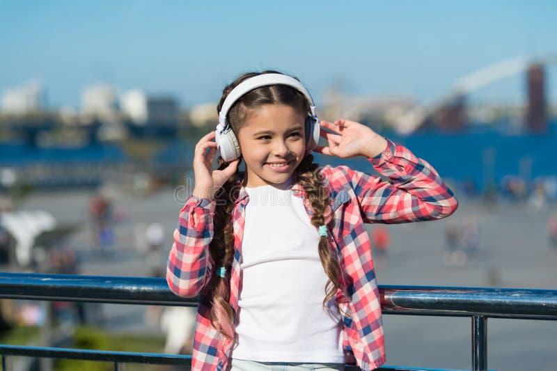 Musica della corrente dovunque Ottenga la sottoscrizione della famiglia di musica Access a milioni di canzoni Migliori apps di mu immagini stock