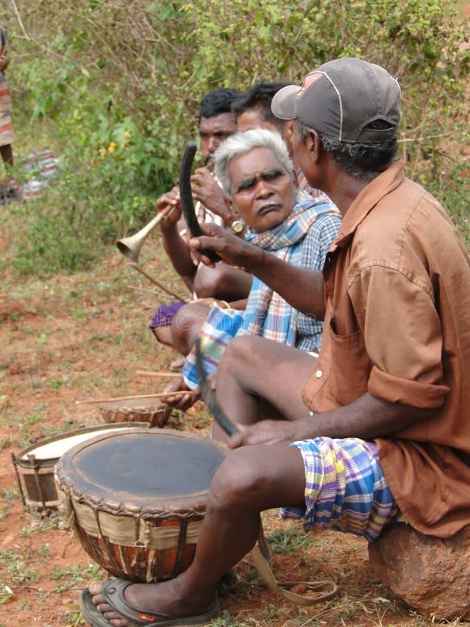 Musica di ballo tribale del gioco dei musicisti fotografia stock libera da diritti