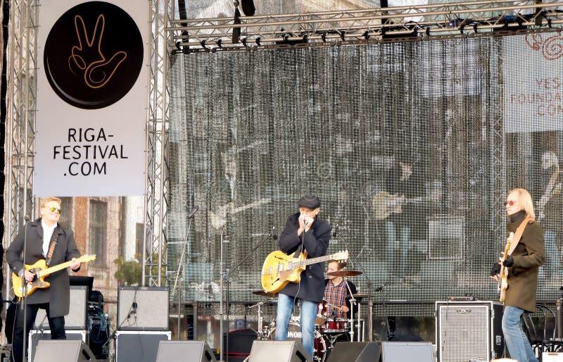 Musica in diretta sul settantacinquesimo anniversario del festival di John Lennon a Riga fotografia stock