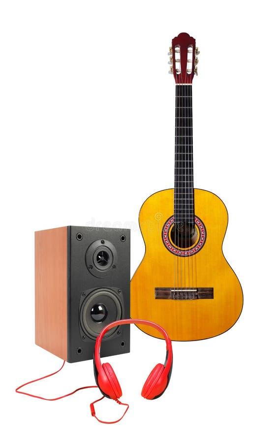 Musica e suono - chitarra classica gialla, recinzione a dell'altoparlante immagine stock
