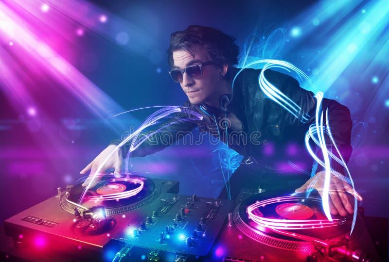 Musica energetica di miscelazione del DJ con gli effetti della luce potenti immagine stock libera da diritti