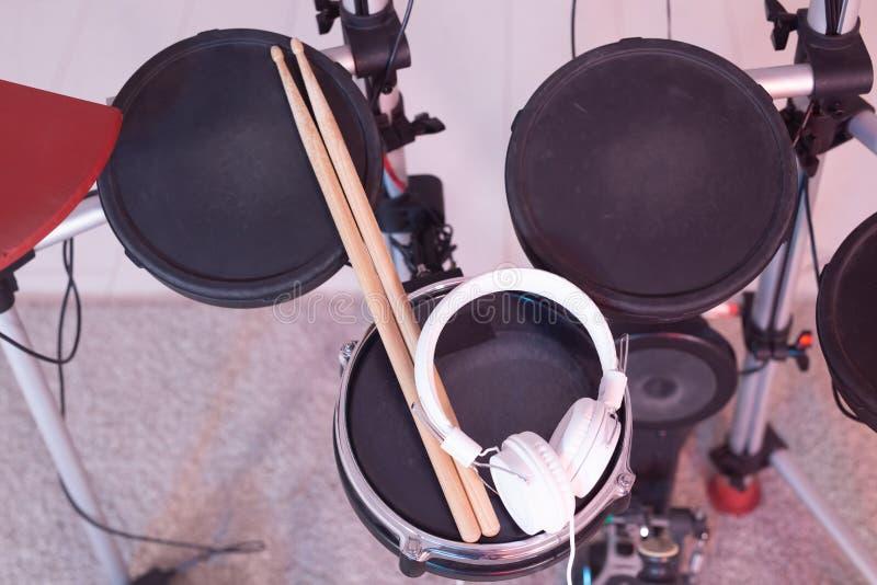 Musica, hobby, concetto degli strumenti musicali - tamburo con le bacchette e cuffie, vista superiore fotografie stock libere da diritti