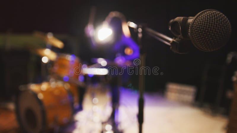 Musica rock teenager - il batterista appassionato della percussione della ragazza esegue la musica riparte, de-messo a fuoco fotografia stock libera da diritti