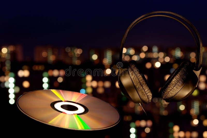Musica in una città di notte fotografie stock