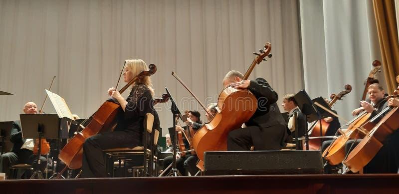 Musicalu koncert w Filharmonicznym Skrzypcowy gracz Muzyki koncertowy t?o obrazy royalty free