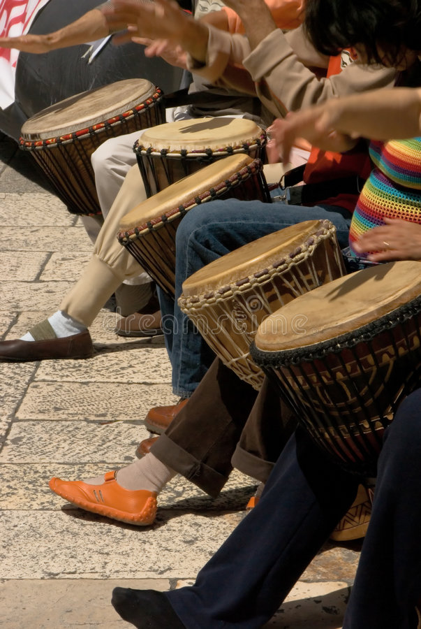 Musicants jouant des tambours pendant le concert de rue photographie stock libre de droits