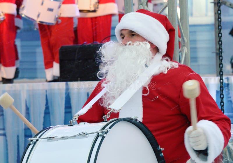 Musici in de vorm van Santa Claus stock foto