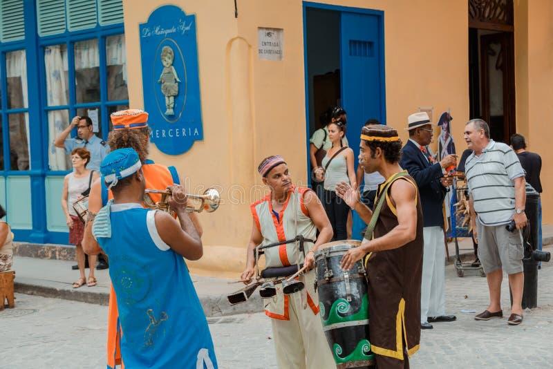 musici die wat meedelen daarna te spelen en klaar voor straat Carnaval in de stad van Havana te worden royalty-vrije stock afbeeldingen