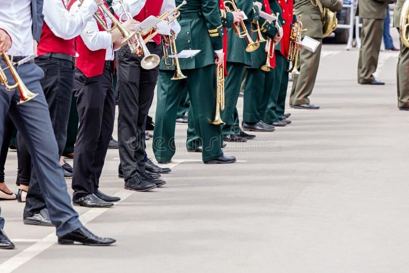 Musici van fanfarekorpsen met muziekinstrumenten vóór fest gath royalty-vrije stock afbeeldingen