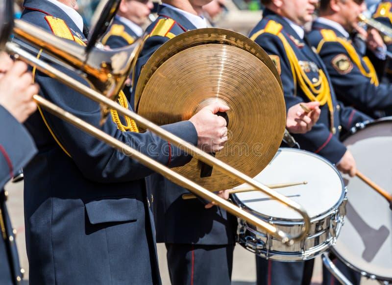 Musici van het militaire fanfarekorps bij parade stock afbeeldingen