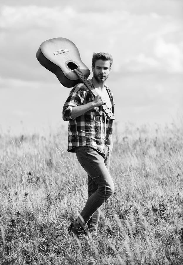Musicien à la recherche d'inspiration Concept de Wanderlust Inspirer la nature Un type avec guitare contempler la nature À la rec photographie stock