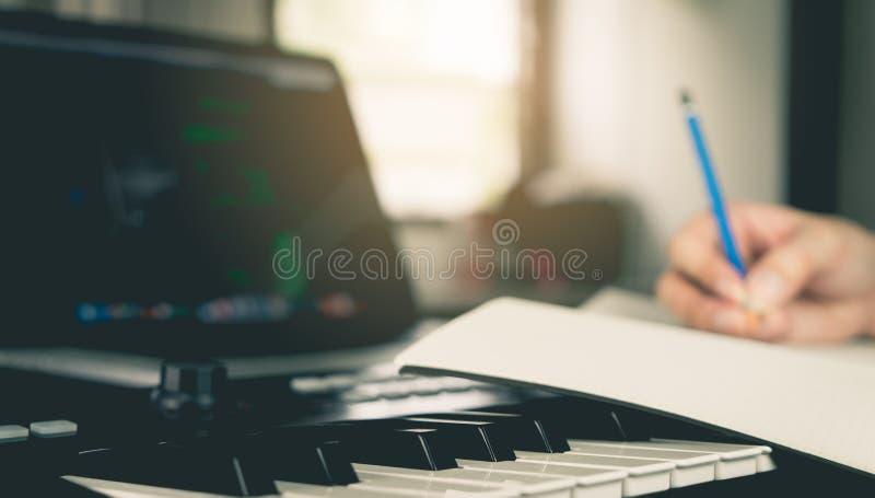 Musicien écrivant une chanson dans son livre image stock