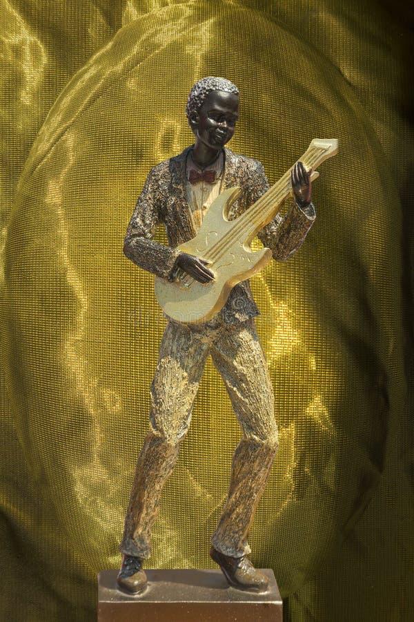 Musicien au fond d'or illustration de vecteur
