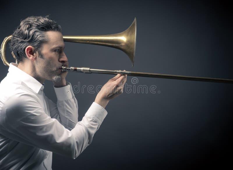 Musicien avec un trombone photographie stock libre de droits