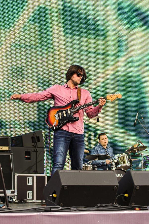 Download Musicien avec une guitare photo stock éditorial. Image du excitation - 77163538