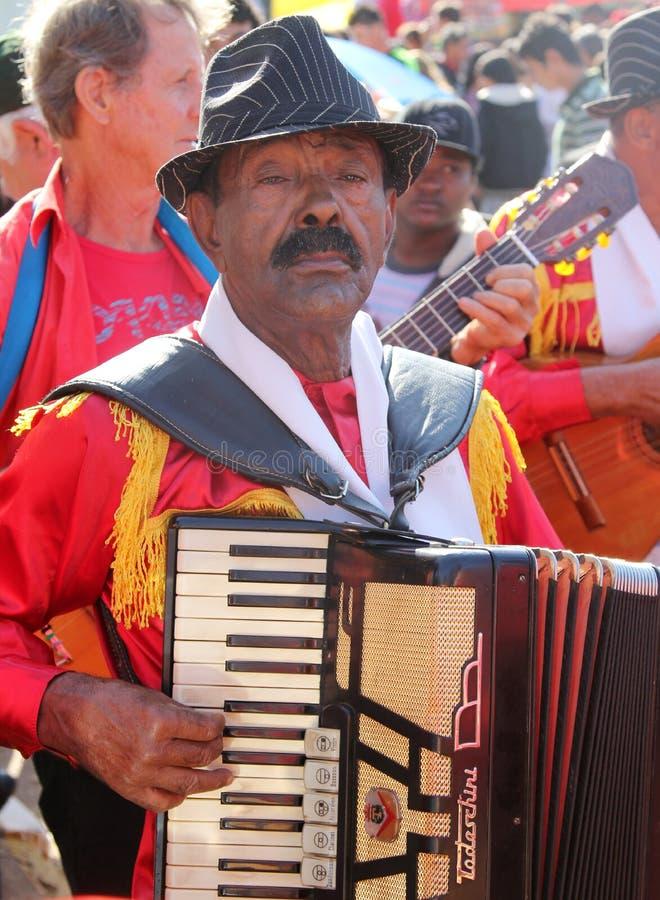 Musicien brésilien au pélerinage populaire images stock