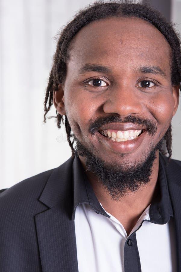 Musicien coloré attirant souriant dans l'appareil-photo images libres de droits