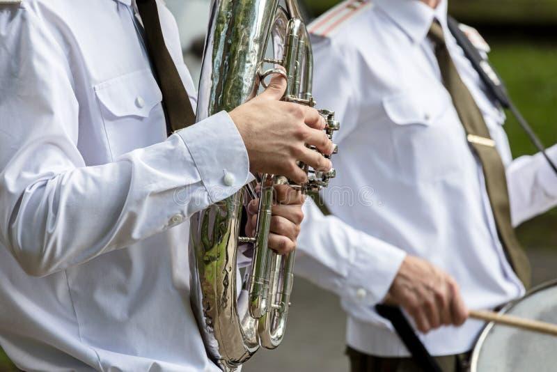 Musicien d'orchestre militaire jouant le tuba pendant les bandes en laiton f images libres de droits