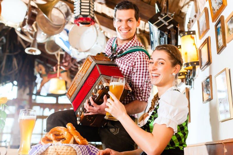 Musicien dans le restaurant bavarois jouant l'accordéon photo libre de droits