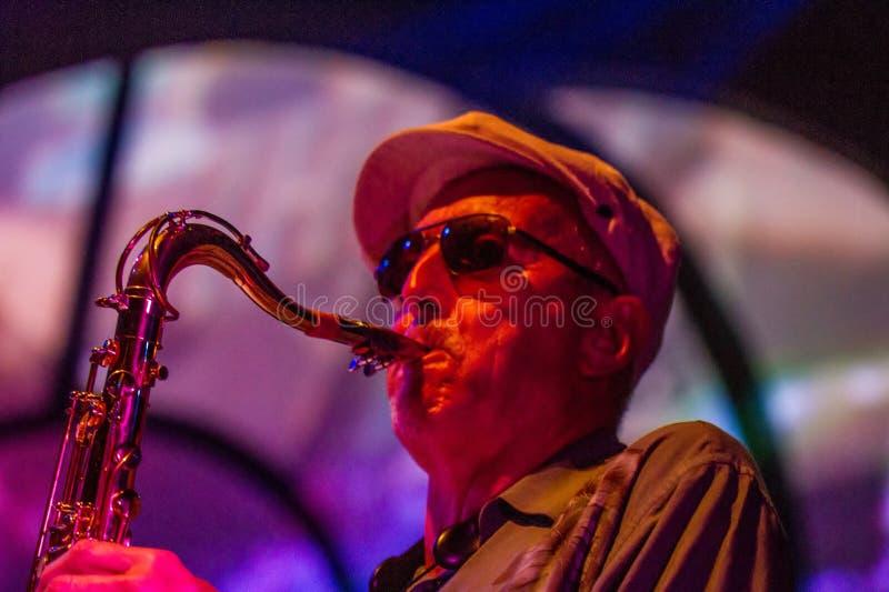 Musicien de jazz jouant le saxophone photos stock