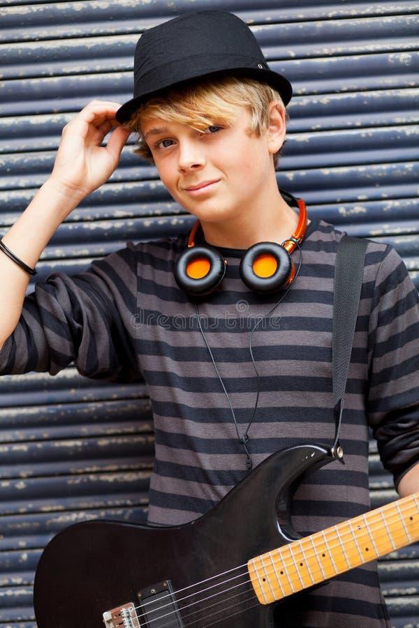Musicien de l'adolescence mâle photo libre de droits