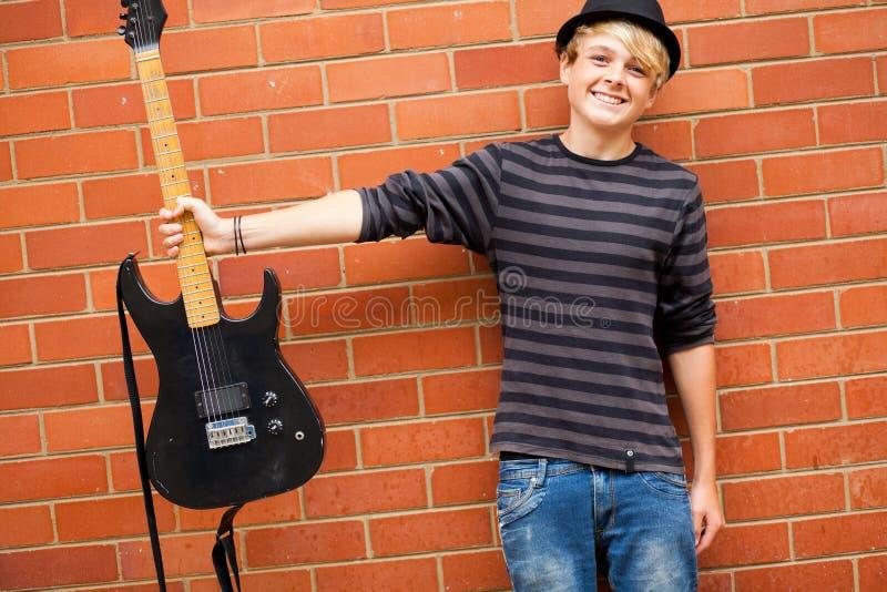 Musicien de l'adolescence mignon photo stock