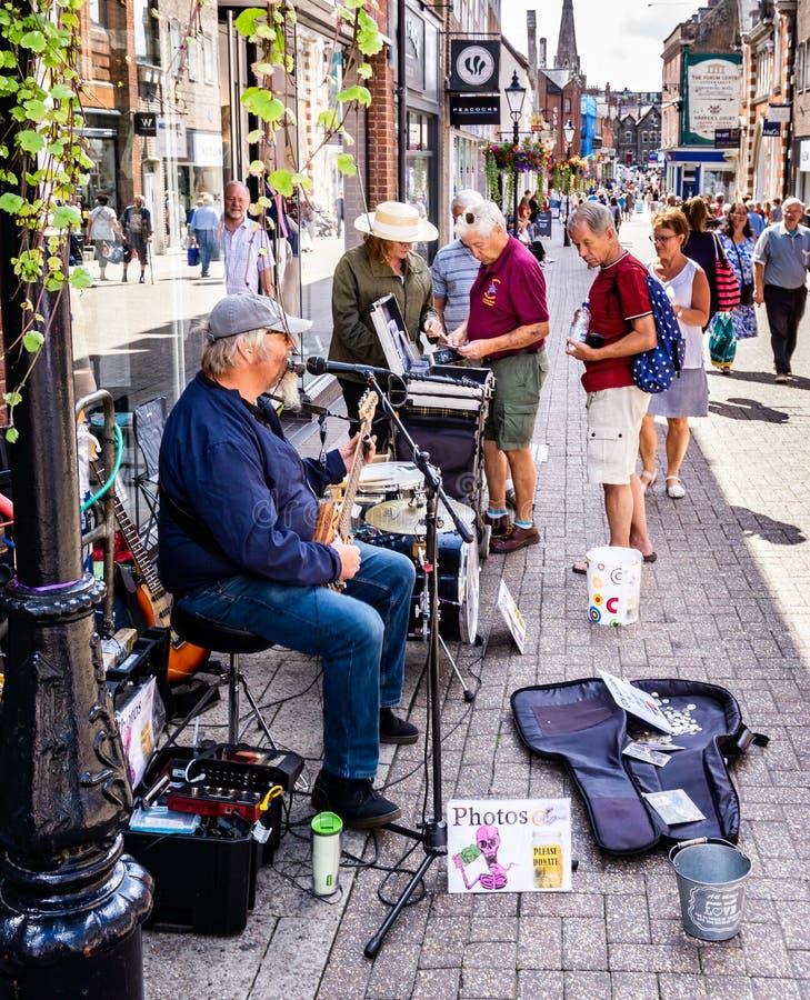Musicien de rue comique à Dorchester Dorset images libres de droits