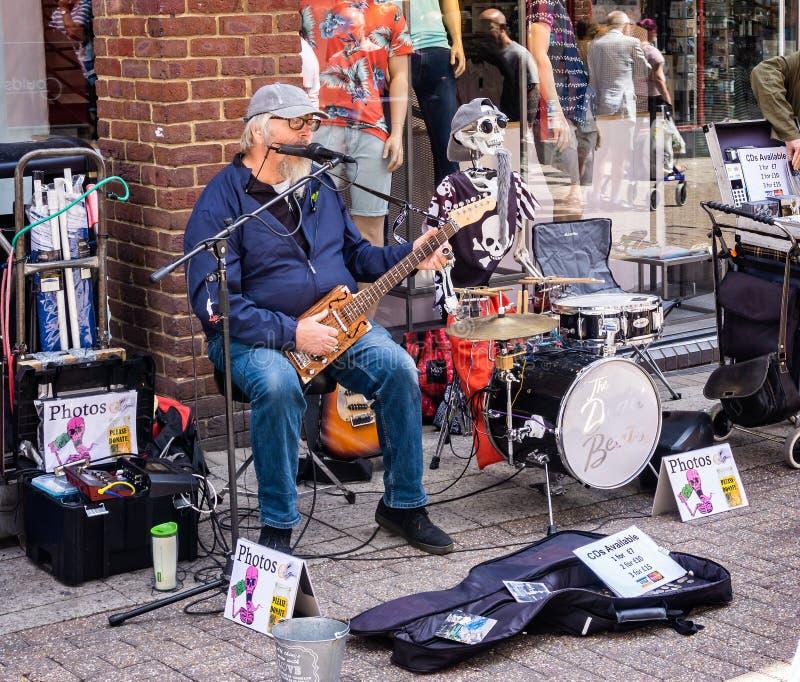 Musicien de rue comique à Dorchester Dorset image libre de droits