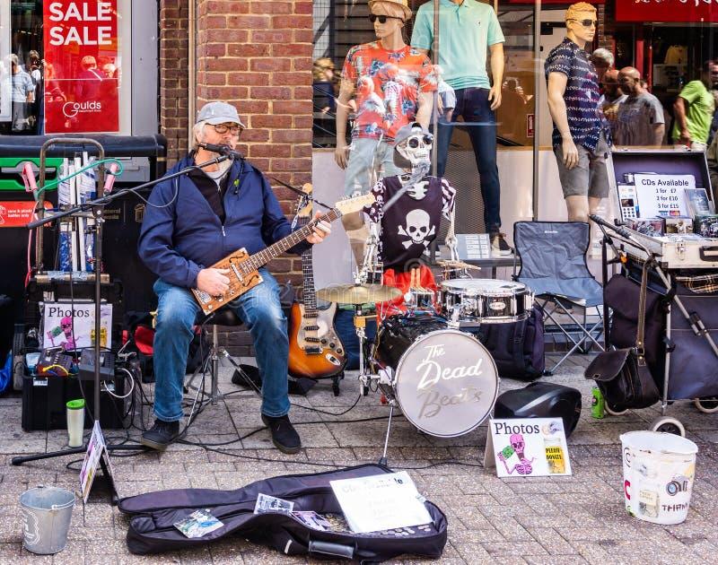 Musicien de rue comique à Dorchester Dorset photo stock