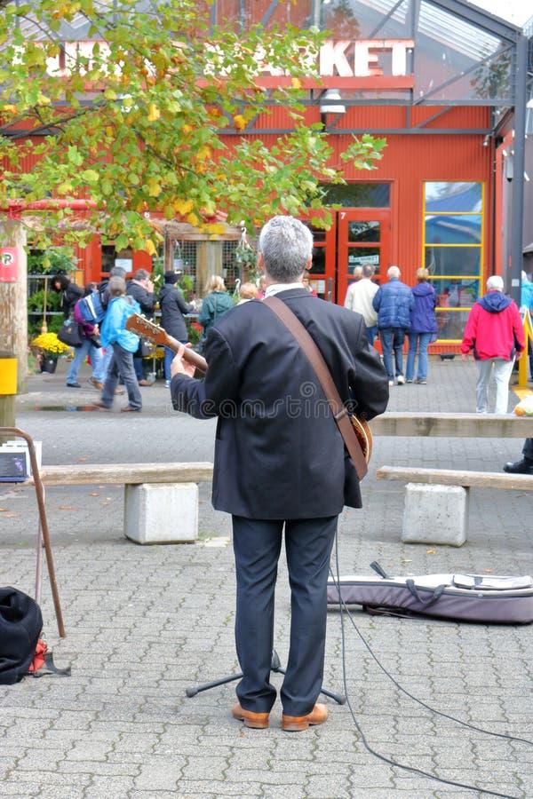 Musicien de rue Entertains au marché photos stock