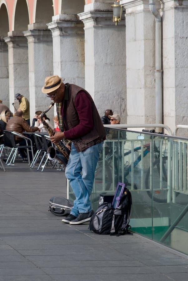 Musicien de rue exécutant dans la place de Massena, Nice, France photos stock