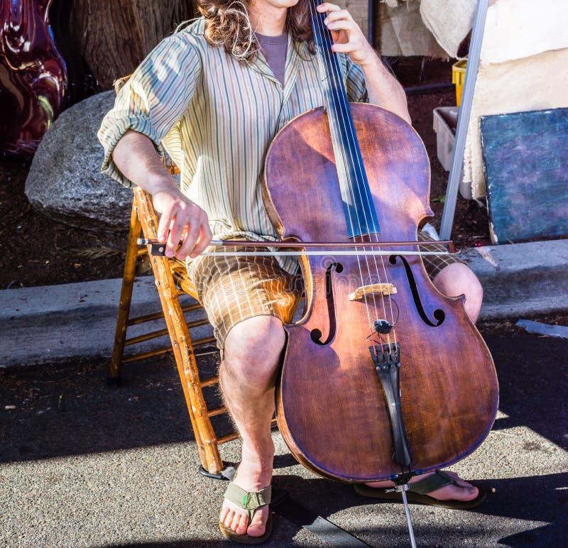 Musicien de rue jouant le violoncelle images stock
