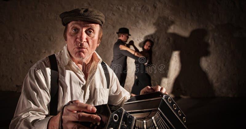 Musicien et danseurs beaux photographie stock libre de droits