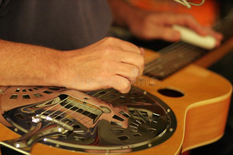 Musicien et Dobro de studio photo stock