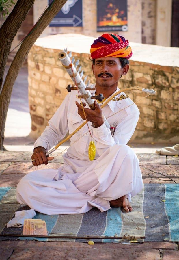 Musicien indien dans la robe traditionnelle jouant des instruments de musique photographie stock libre de droits