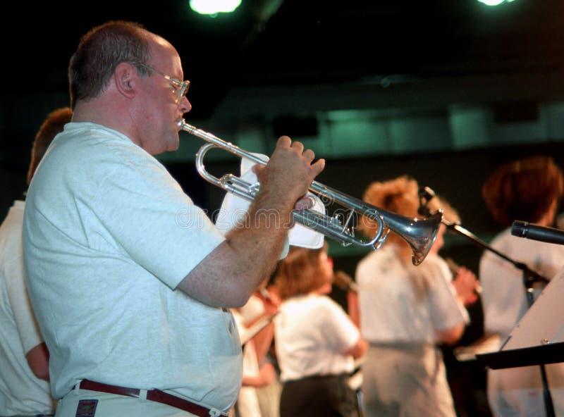 Musicien jouant dans la trompette pendant une comédie musicale dans photo stock